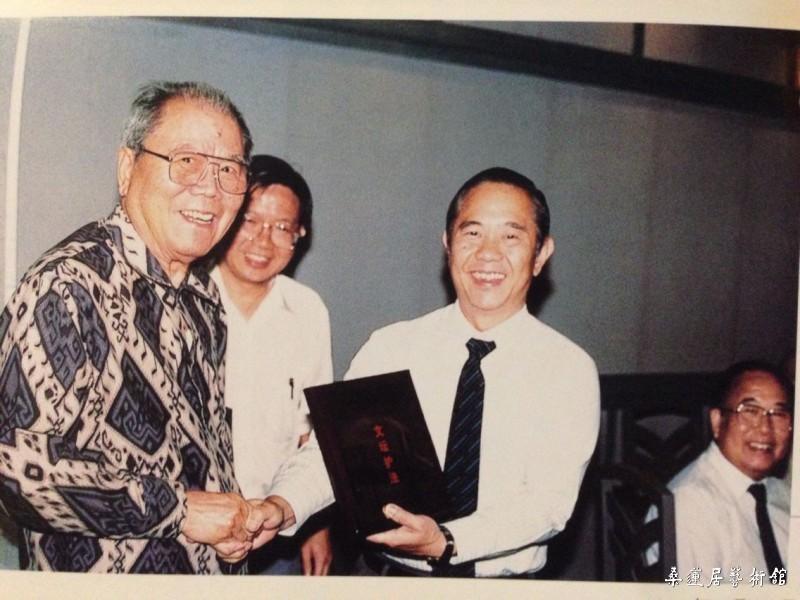 """1989年8月26日,新加坡文化学术协会举行""""20周年纪念晚宴""""。图为文协名誉顾问、高级政务次长何家良(左三)将""""文坛护法""""纪念盾颁予名誉会长潘受(左一)"""