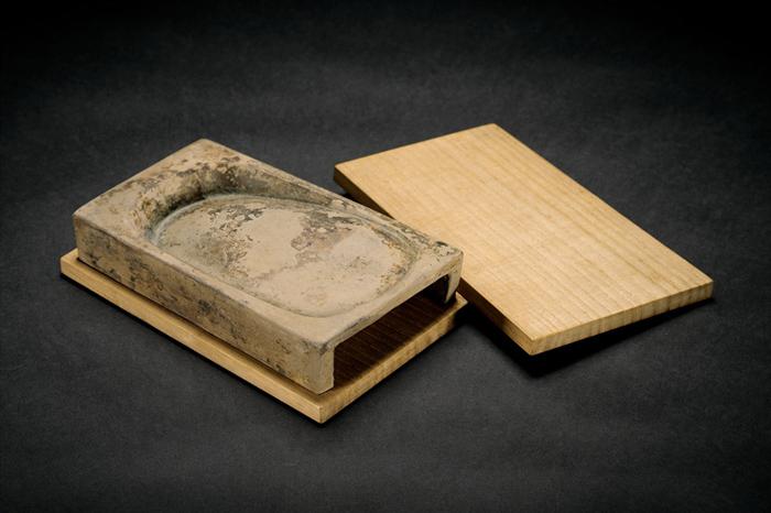 宋 长方抄手砚 出版:《古名砚》卷五,第104砚,二玄社出版。 1 缩图