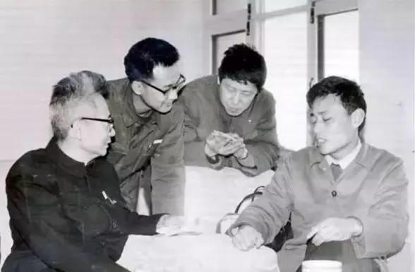 在勺园休息室,华人德与沈鹏交流书艺。后左为白谦慎,后右为冷溶(北大书法社理事)
