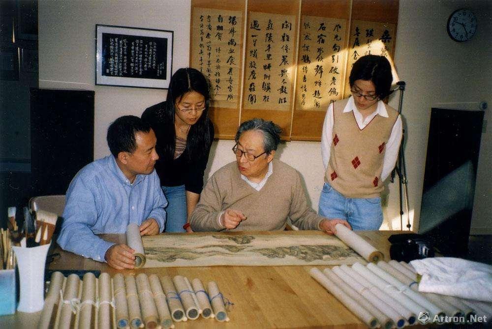 白谦慎带学生观摩翁万戈先生收藏(2004年)2