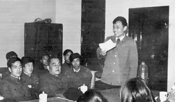 在北大书法社成立大会上,华人德(站立者)介绍筹备情况。前排正中为王路宾副校长,左为学生会主席潘维明。