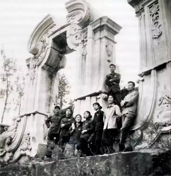入学不久,华人德(右一)与同学游览圆明园遗址。