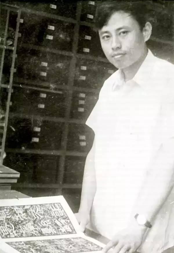 1982年夏,华人德在北大图书馆金石组查阅明清善本碑帖。