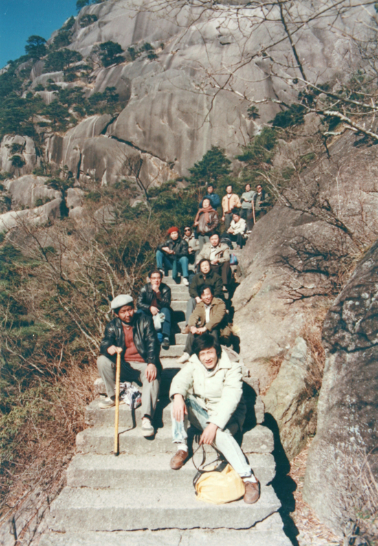 1990年,沧浪书社第三次年会,社员在游览黄山休息时的留影