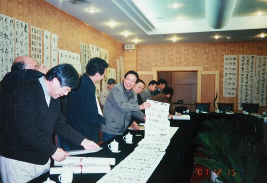沧浪书社第六次年会,社员在观摩品评相互的作品
