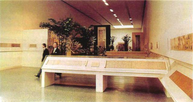 方闻和何慕文在中国书法展览厅,1972年4月