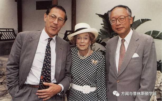 自左:菲利普·德·蒙特贝罗,布鲁克·卢塞尔·阿斯特和方闻在阿斯特庭院(明轩),1996年5月 1