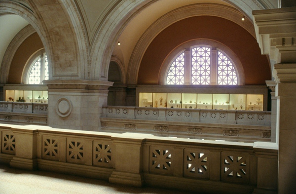 大厅露台的中国瓷器展橱,现展厅202。图片摄于1970年代。