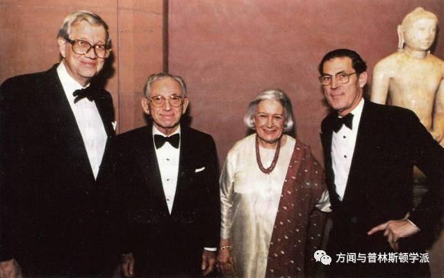 自左:大都会博物馆主席威廉姆·勒厄斯(William Leurs)、佛罗伦斯和赫伯特·爱温、菲利普·德·蒙特贝罗在佛罗伦斯和赫伯特·爱温南亚和东南亚艺术展厅开幕式,1994年4月