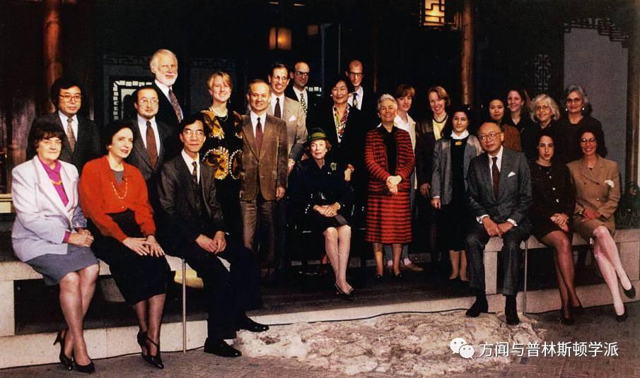 布鲁克·卢塞尔·阿斯特(中坐者)和亚洲艺术部工作人员,1992年