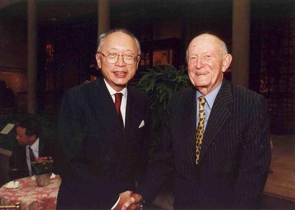 狄隆与方闻在大都会艺术博物馆举办的方闻荣休庆祝会上的合影,2000年,大都会艺术博物馆亚洲艺术部藏部门资料