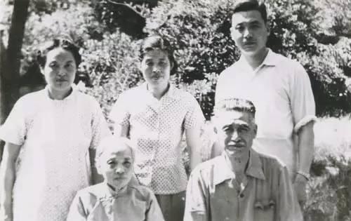 前排邓以哲夫妇,后立者长女邓仲先(中)、次女邓茂先、长子邓稼先