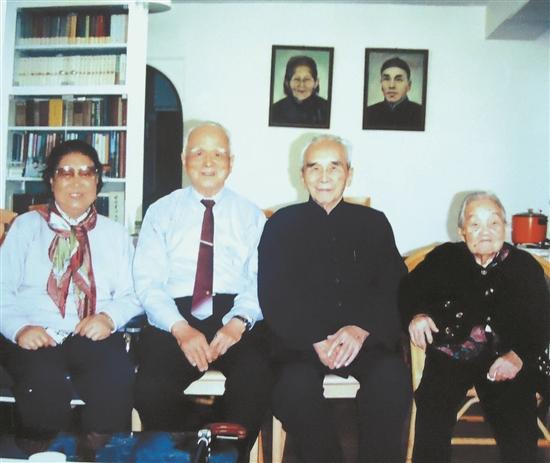 梁灵光夫妇(左一、左二)与梁披云夫妇(右一、右二)合影 (梁白瑜 翻拍)