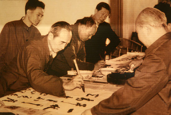 梁披云先生(前左一)在泉州黎明高中挥毫题字