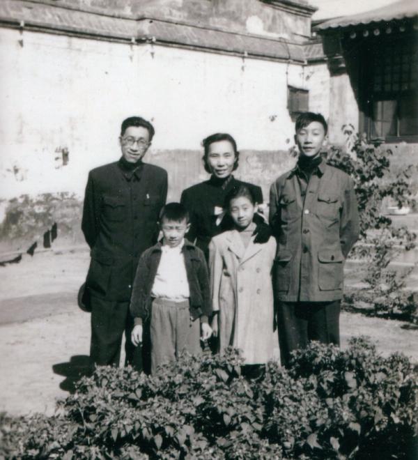 张葱玉一家在北京南锣鼓巷家中。