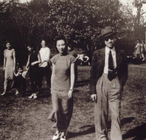 张葱玉、顾湄夫妇在上海兆丰公园(今中山公园)