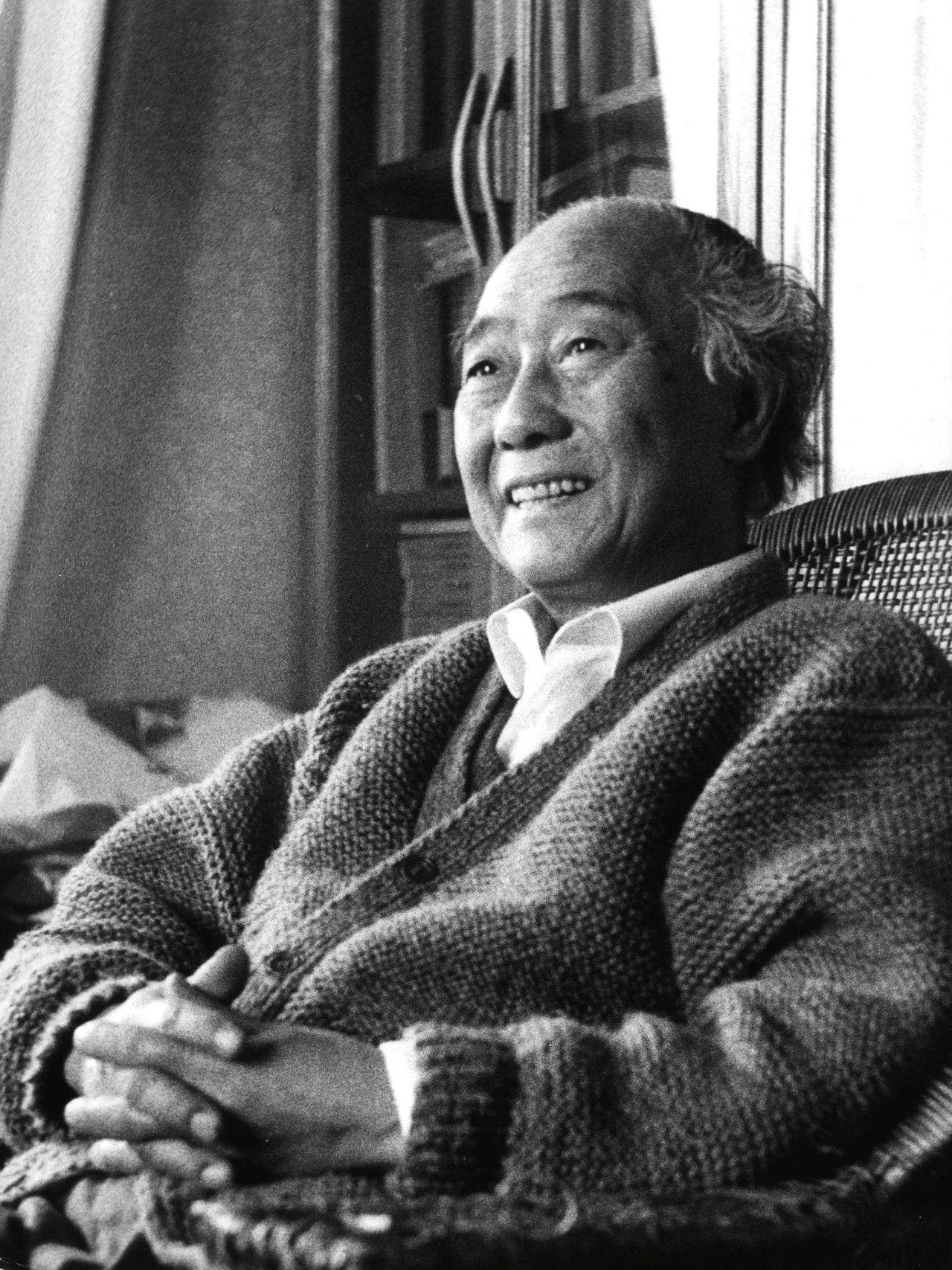 汪曾祺在家中(摄于1990年)