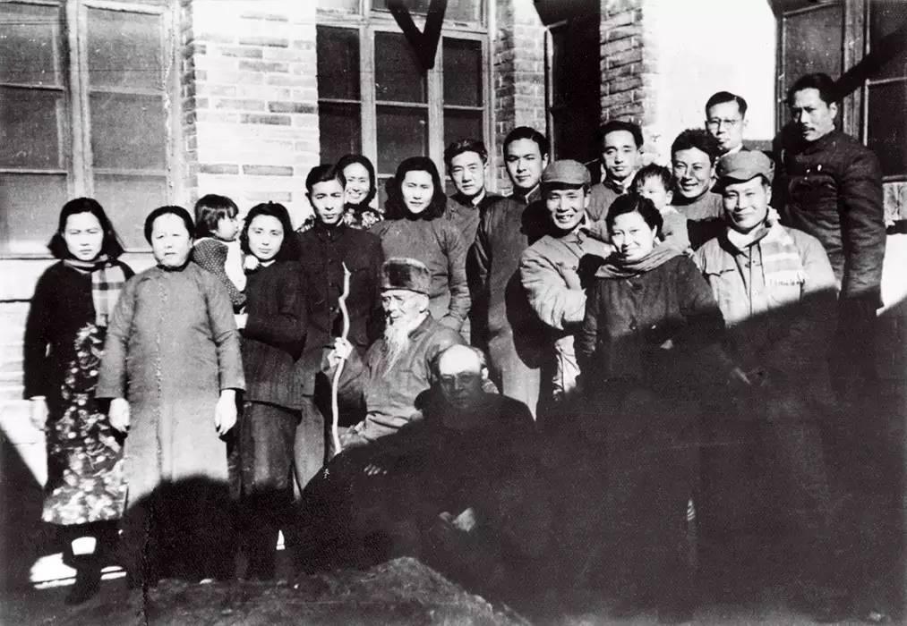 1950年,在大雅宝胡同甲2号庆祝白石老人90岁寿诞时合影。前排从左至右为:齐白石、李苦禅、李可染(抱女儿李珠)、邹佩珠(李可染夫人),滑田友;后排从左二起至右依次为:解驭珍之母(王朝闻岳母)、李慧文(李苦禅夫人)及女儿李琳、齐良迟(齐白石四子)、范志超、廖静文、徐悲鸿、齐良巳(齐白石五子)、王朝闻、滑田友之弟、李瑞年、叶浅予。
