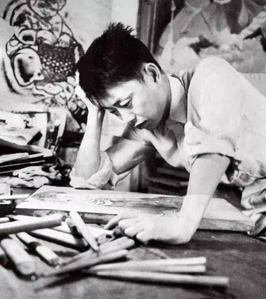 黄永玉在大雅宝工作室中刻木刻。