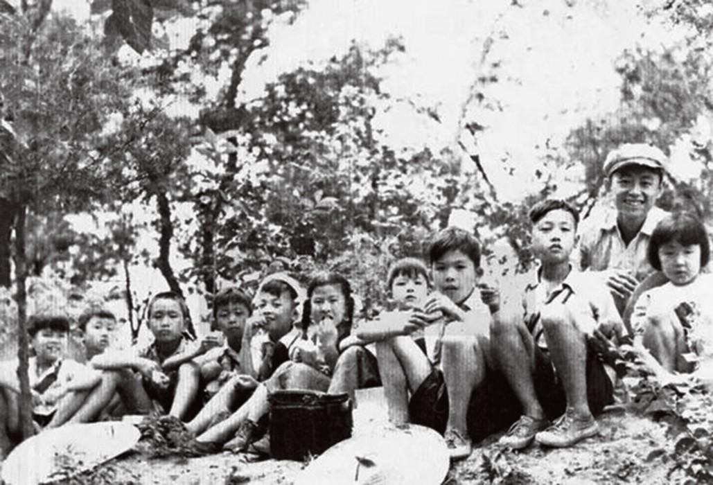 20世纪50年代,黄永玉带领大雅宝的孩子们外出郊游时留影(左起:李小可、董沙雷、彦冰、董沙贝、张郎郎、程芙山、袁骢、袁骥、李燕、黄永玉、李琳)