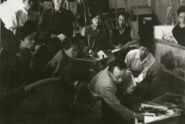 1956年马克西莫夫指导创作看草图。前排左起王恤珠、张同霞(翻译)、马克西莫夫、谌北新、侯一民。后排左起王流秋、汪诚一、任梦璋、袁浩