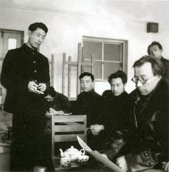 1956年,马克西莫夫看创作稿。右二靳尚谊,右三袁浩,左站立者高虹