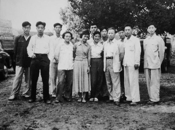 1957年,油训班毕业旅行写生团学员合影。八人由左至右:任梦璋、佟景韩(翻译)、王德威、陆国英(女)(外校二女教师同行)、于长拱、汪诚一、马克西莫夫、武德祖、冯法祀、魏传义。 2 via.提线目偶儿的博客 缩图