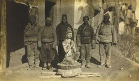 1924年,华尔纳将莫高窟第328窟一尊供养菩萨像劫往美国。(图片来自敦煌研究院)