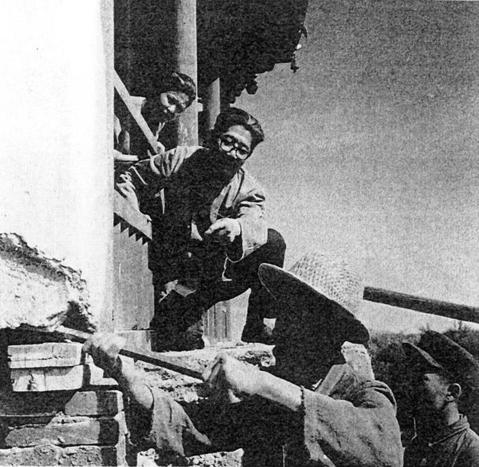 1954年常书鸿在莫高窟第130窟峭壁上指挥窦占彪修栈道。 缩图