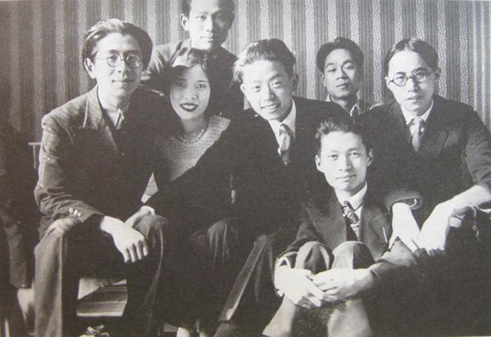 1934年,中国留法艺术家学会成员在常书鸿家中聚会,从左至右为常书鸿、陈芝秀、王临乙、陈士文、曾竹君、吕斯百、韩乐然。 副本缩图