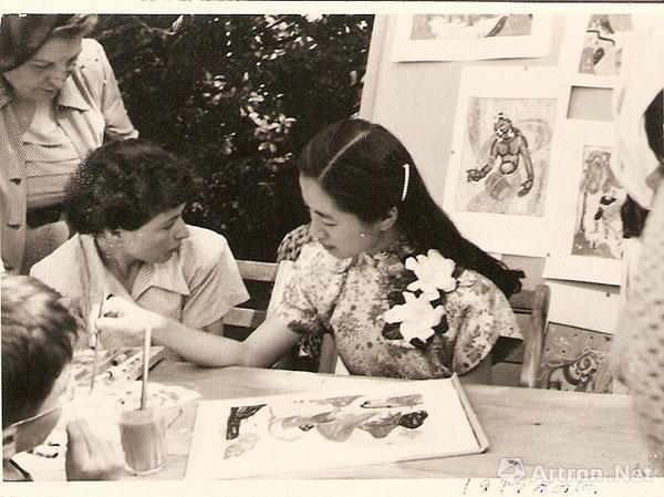 好友露丝陪我在美国现场作画画,后面站立的是叶丽华夫人