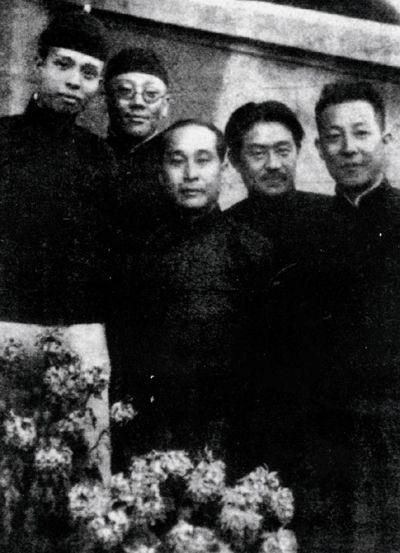 1929 年,袁克文与《北洋画报》同仁合影。左起依次为:蒋君稼,袁克文,包丹庭,王小隐,潘经荪。张伯驹1956 年入住的北京后海南沿宅院,原先即为包丹庭居所