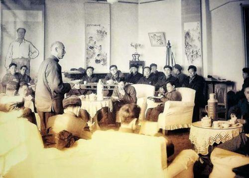 1962年,时任吉林省博物馆副馆长的张伯驹(站立者)在学术年会上发言。
