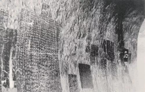 原石门内壁上的石刻。图源画家李大庆的博客。副本 缩图