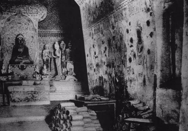 1907年,斯坦因拍摄的敦煌藏经洞