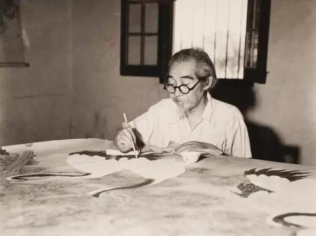 ▲1959年暑假在炎热天气下艰苦的环境中静心绘制《松龄鹤寿》图的情景。