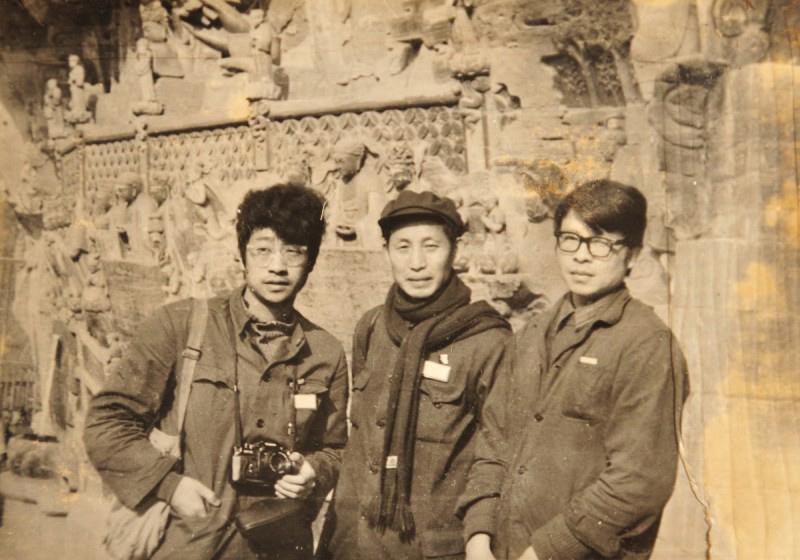 1982年3月与罗中立,程丛林合影于大足宝顶