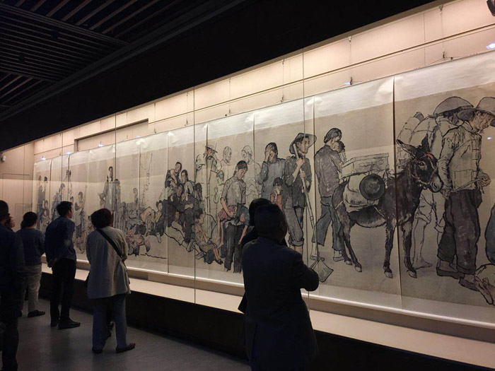 20171013 2017年《蜀山之上——四川现代四大名家画展》,观众站在蒋兆和《流民图》前。《流民图》原作高二米、长二十六米 缩图