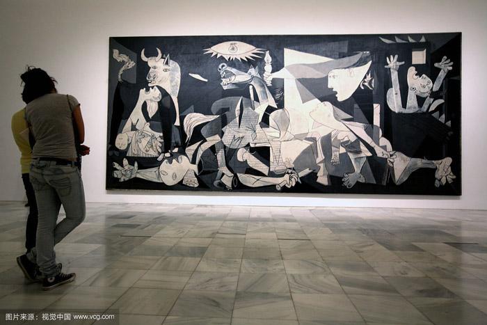 游客看毕加索的格尔尼卡在索非亚国家艺术博物馆 缩图